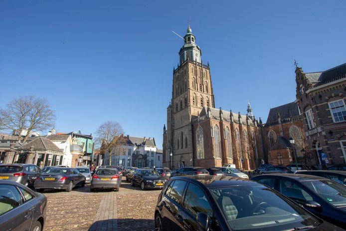 Auto's in de binnenstad van Zutphen. Als het aan de gemeente ligt wordt dat zo snel mogelijk verleden tijd.