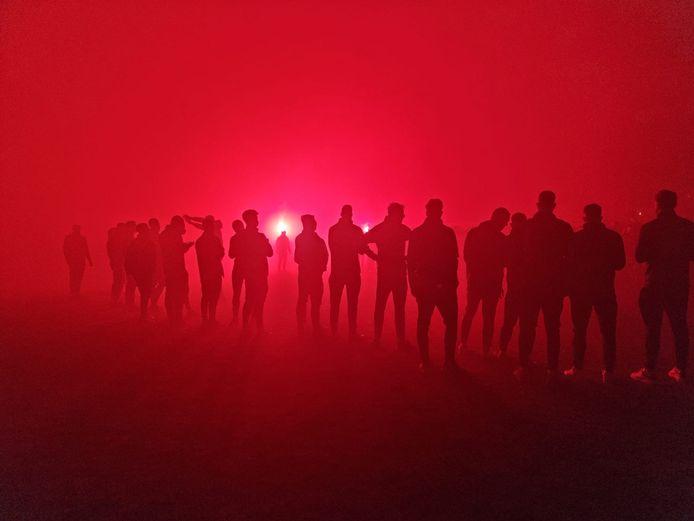 De selectie van De Graafschap aanschouwt de sfeeractie bij terugkomst in Doetinchem, afgelopen vrijdag in stadion De Vijverberg.