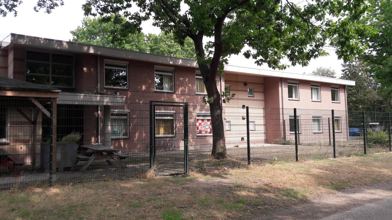 Eén van de woongebouwen van Vreekwijk met omheining rond het buitenterras.