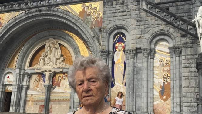 """104-jarige Godelieve trekt naar Lourdes en beleeft zo haar huwelijksreis opnieuw: """"Ze is haar Marcel nooit vergeten"""""""