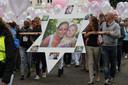 Een beeld van de wake, met voorop foto's van Axelle en Johanna. Rechts: Ook Lien Roelandt stapte mee.