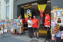 Fabienne Van Oudenhove, de uitbaatster van carnavalswinkel Kalleballe op de Graanmarkt in Ninove, met haar man Patrick bij hun Rode Duivels-accessoires.