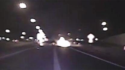Amerikaanse agenten redden jongeman uit brandende auto