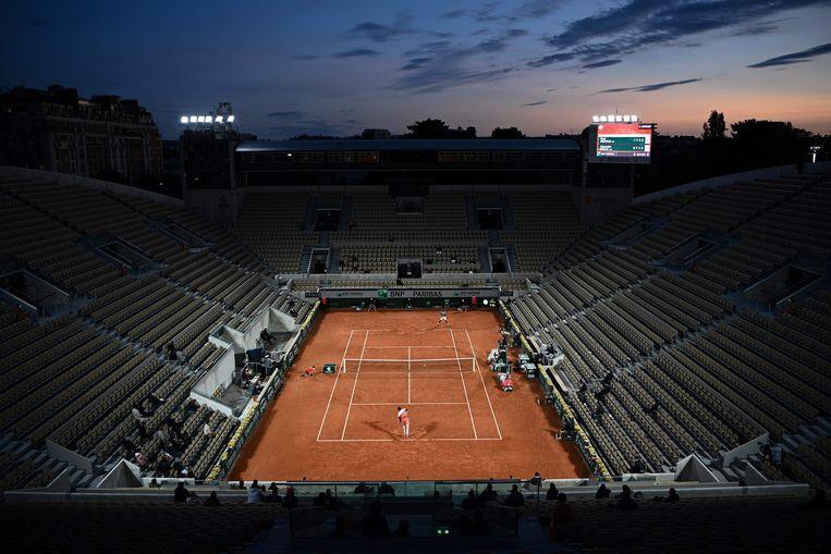 Gaël Monfil en Alexandr Boeblik maandagavond in hun partij in de eerste ronde op het lege en koude Court Suzanne Lenglen. Beeld AFP