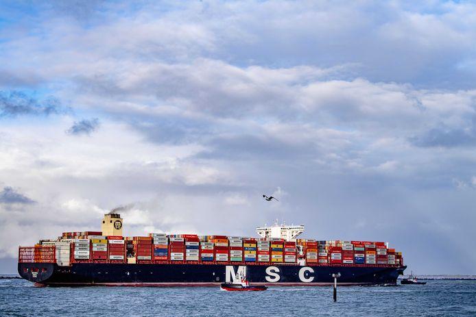 De MSC Rifaya komt aan in de haven. Het containerschip is het eerste schip uit de 'Suezfile' dat in Rotterdam arriveert.