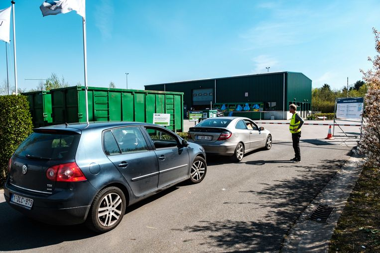 Het containerpark van Wommelgem ging een paar weken geleden al weer open. Toen was het aanschuiven. Krijgen we straks een grote drukte als de winkels in fase twee opengaan? Beeld Benoit De Freine