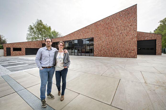 Simon Alleman en Chloé Van Eecke van All-Bouw voor de grootste kijkwoning van West-Vlaanderen.