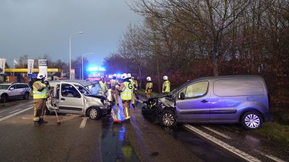 Frontale botsing op Bredabaan: drie gewonden
