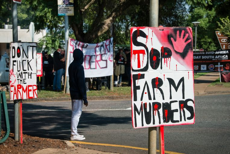 Protestborden van de organisatie Swart Maandag die in Pretoria voor de Amerikaanse en Australische ambassade protesteert. Beeld Bram Lammers