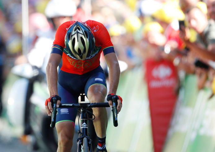 Vincenzo Nibali komt gehavend over de streep op Alpe d'Huez.