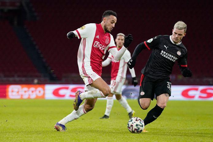 Noussair Mazraoui in actie tegen PSV.
