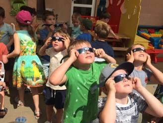 """Kinderen De Bijenkorf genieten van gedeeltelijke zonsverduistering: """"Een hap uit de zon"""""""