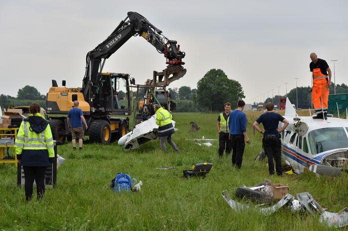 De demontage van het vliegtuig dat een noodlanding maakte naast de A50 bij Apeldoorn is in volle gang.