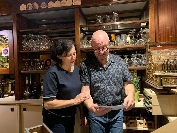 Jenci Boury en Veerle Allegaert, allebei 58 jaar oud, hebben afscheid genomen van café 't Brouwputje in Harelbeke. Ze stonden er maar liefst 39 jaar achter de toog.