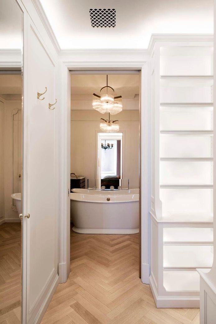 De badkamer heeft veel charme door het losstaande bad en de lichte parket.