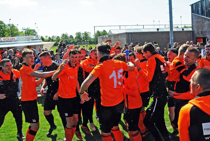 Feest bij Terneuzense Boys, dat door een 4-0-zege op Krabbendijke de titel pakte.