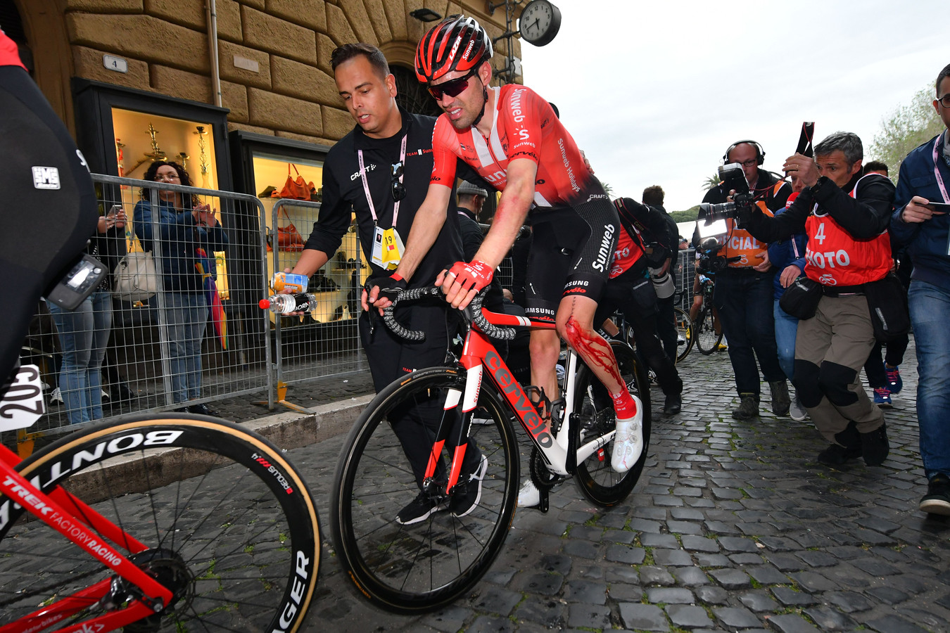 Tom Dumoulin verliet de Giro dit jaar na een val op zijn knie.