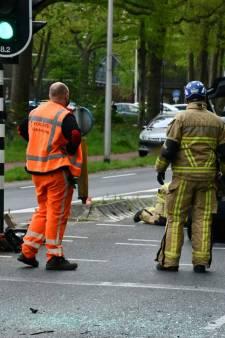 Bijrijder uit auto geknipt na ongeluk in Enschede