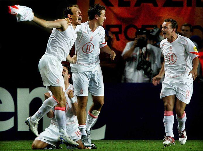 Arjen Robben is de held door de beslissende penalty te benutten tegen Zweden op het EK 2004.
