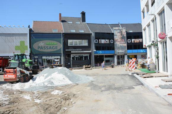 Er wordt momenteel nog hard gewerkt door de aannemer. De klanten van 't Gildenhuys (rechts) vinden het spektakel wel leuk om gade te slaan.