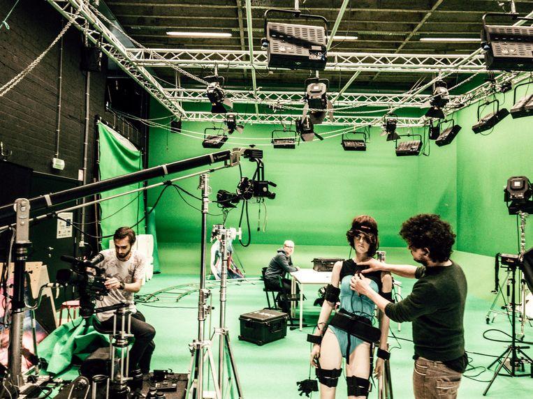 Studenten brengen alles in gereedheid voor een motion capture-sessie in de studio: een techniek waarbij bewegingen worden omgezet naar animaties in een videogame.  Beeld Thomas Sweertvaegher