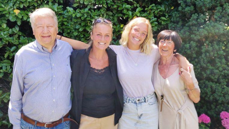 Julie Vermeire met mama Eva Pauwels en haar grootouders.