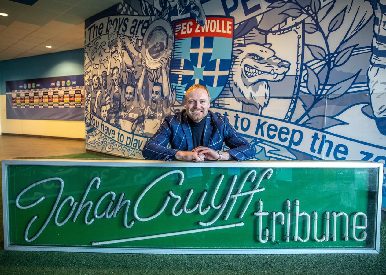 Jurian Meijntjes is bijna anderhalf jaar bezig geweest om de historische neonverlichting van het oude stadion, de Johan Cruijff-tribune, weer terug te vinden.