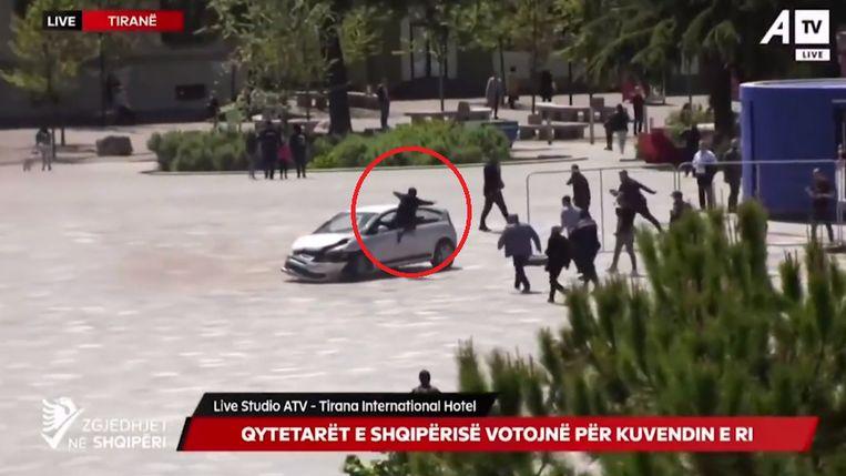 De jongeman schakelde de bestuurder uit door via het autoraam naar binnen te springen. Beeld Screenshot