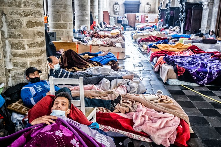 Mensen zonder papieren verblijven in de Begijnhofkerk in Brussel. Beeld Tim Dirven