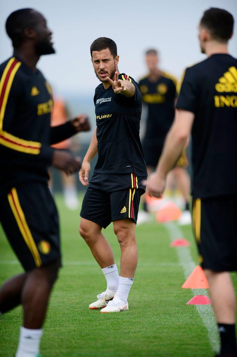 ► Eden Hazard geeft aanwijzingen tijdens de voorbereiding in Tubeke. Ook Romelu Lukaku (links) en Thomas Vermaelen trainen mee. Beeld Photo News