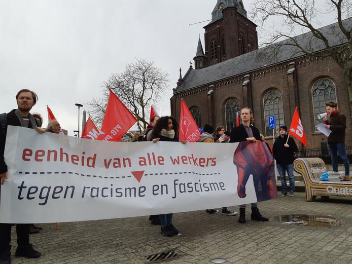 Vergezeld met rode vlaggen en een spandoek stonden ongeveer 50 man opgesteld bij de Beljon- fontein.