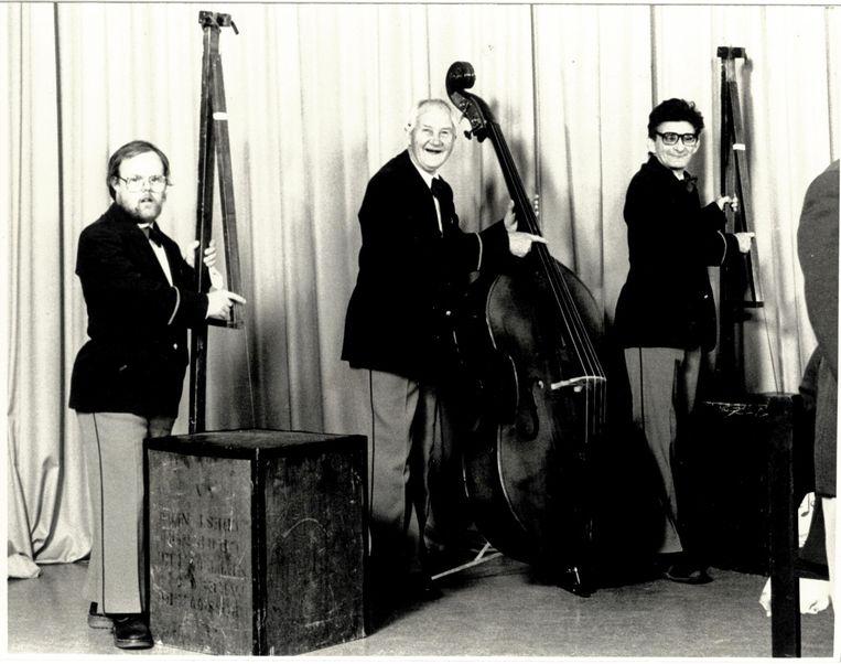 De begintijd van de Jostiband: twee bassen van theekisten en een stringbas. Beeld