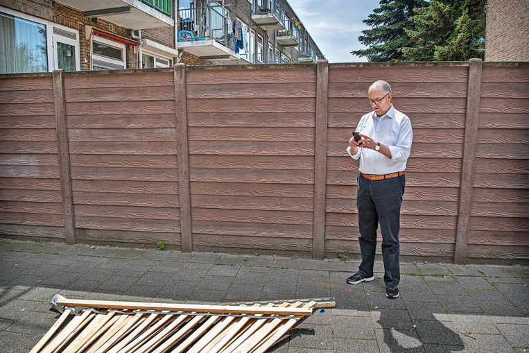 Burgemeester Ahmed Aboutaleb maakt een melding van afval in Carnisse.  Beeld Guus Dubbelman / de Volkskrant
