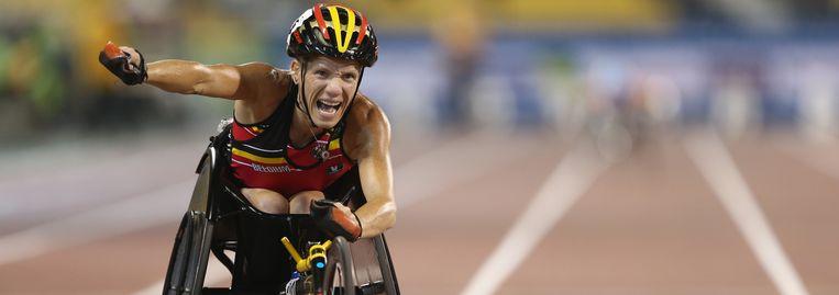 Marieke Vervoort viert haar medaille op de 200 meter tijdens de IPC Athletics World Championships in Qatar vorige week. Beeld GETTY