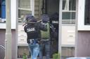 Een arrestatieteam van de politie bezocht de gezochte man in Oss, waarna hij vluchtte richting Haren. Ter illustratie: het arrestatieteam op deze foto viel een huis binnen bij een ander incident.