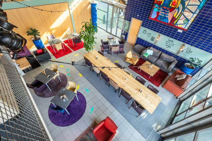 Geldrop ED2021-9004 Centrum Hofdael heeft een nieuwe interieur. Allerlei marktplaats spullen maken de foyer stukken gezelliger.