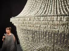 Half hart, valiumsofa en kroonluchter van 14.000 tampons in de Kunsthal