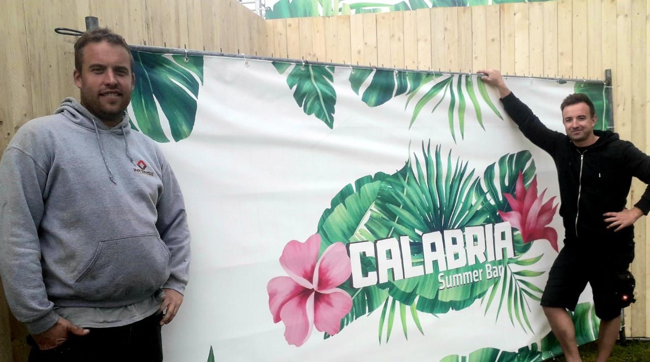 Uitbaters Kevin Van Looy en Ilie'n D'herde van zomerbar Calabria in Herentals