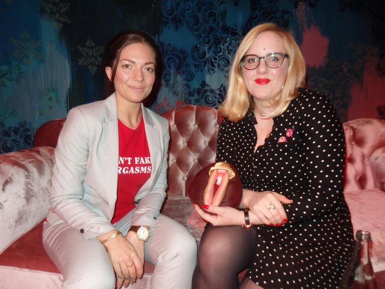 Sexpert Mandy Ronda ('De kunst van het schaamteloos genieten is mijn tagline.') en Madeleine Vreekamp (Mail & Female) met een voorbeeldfoef Beeld Schuim