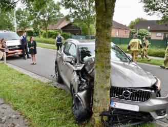 Vrouw (67) wordt onwel achter het stuur en botst met gloednieuwe auto tegen boom