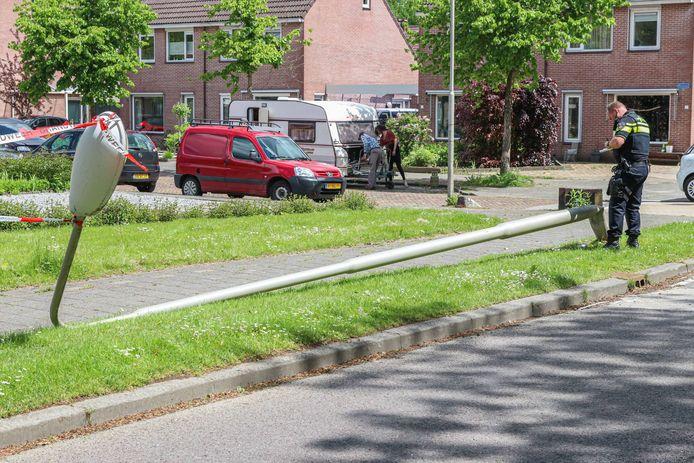 Bij een ongeval in Marknesse raakte een caravan zwaar beschadigd toen deze losschoot van de trekhaak en in botsing kwam met een lantaarnpaal.