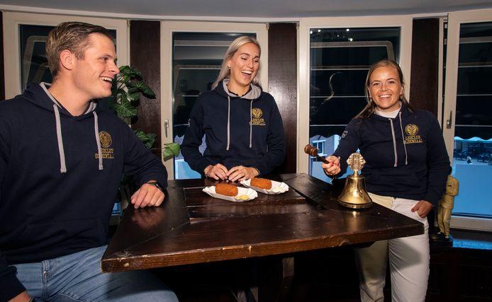 Harmen Snippe, Milou Kempers en Romé Zinkweg (vlnr) gaan dit jaar kermiskroketten verkopen voor een duurzaam doel.