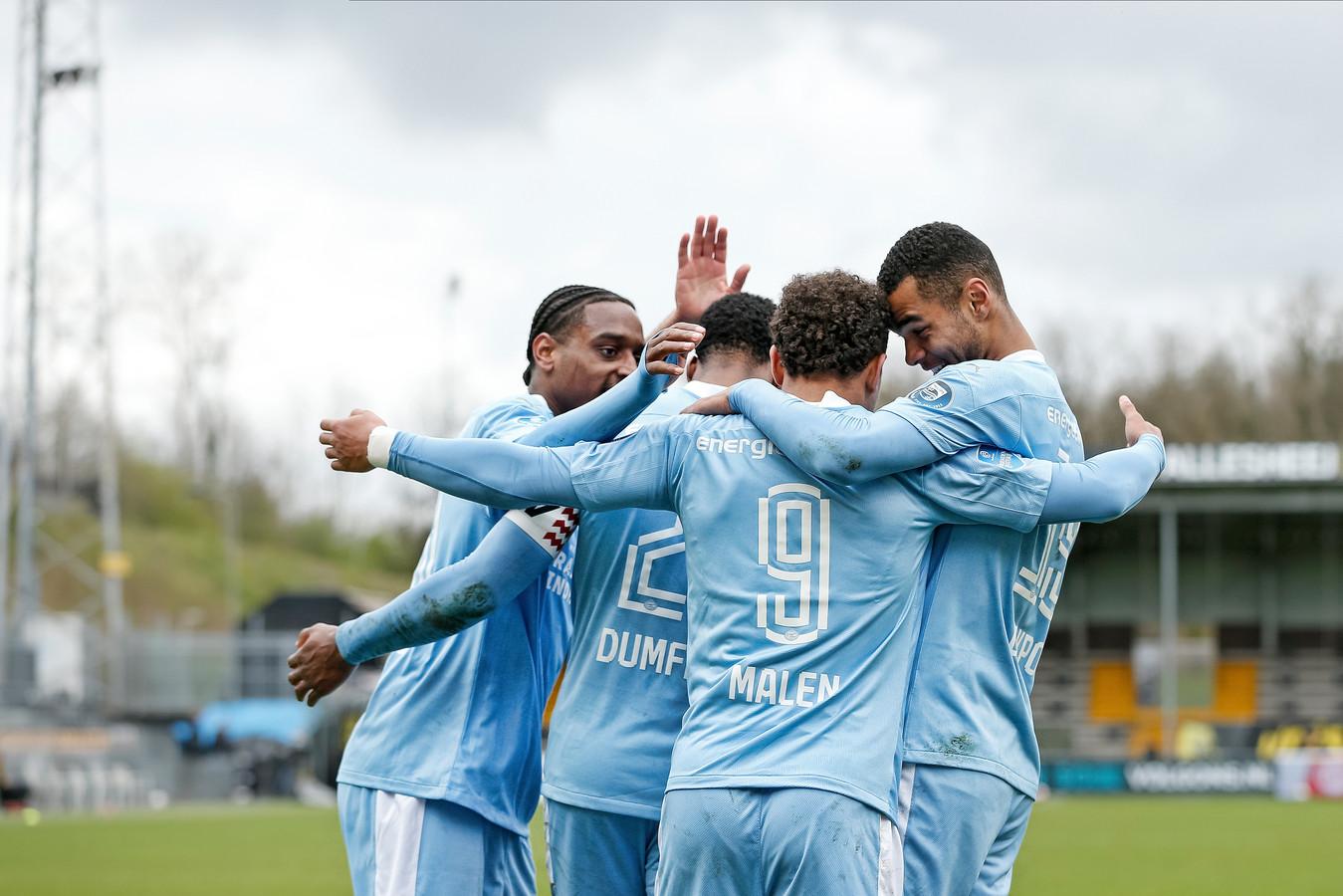 De PSV'er vieren de 0-2 van Donyell Malen.