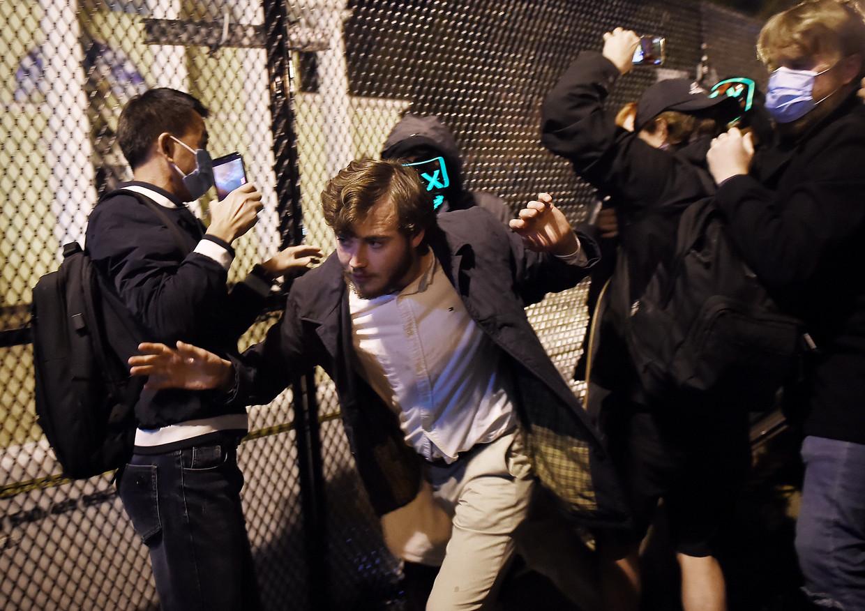 Een Trumpaanhanger probeert op de verkiezingsdag te ontkomen aan demonstranten van Black Lives Matter. Beeld Hollandse Hoogte / AFP