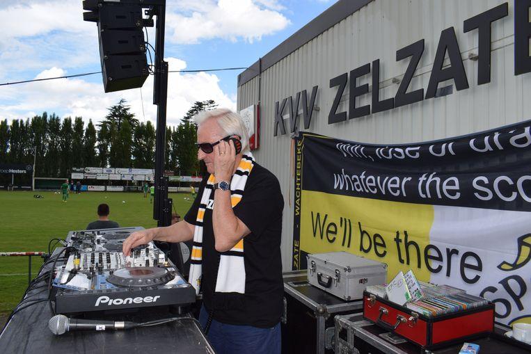 Dirk Stoops warmt op voor KVV Zelzate- Sporting Lokeren.