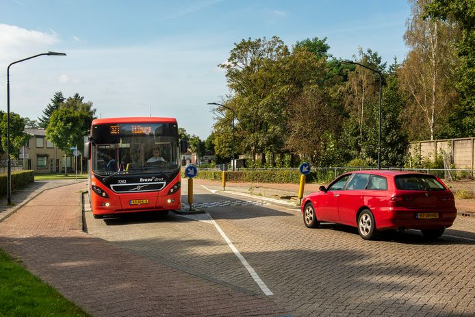 De Hoogstraat krijgt een nieuwe inrichting. Hier is al een versmalling. De busverbinding 327 verdwijnt op termijn.