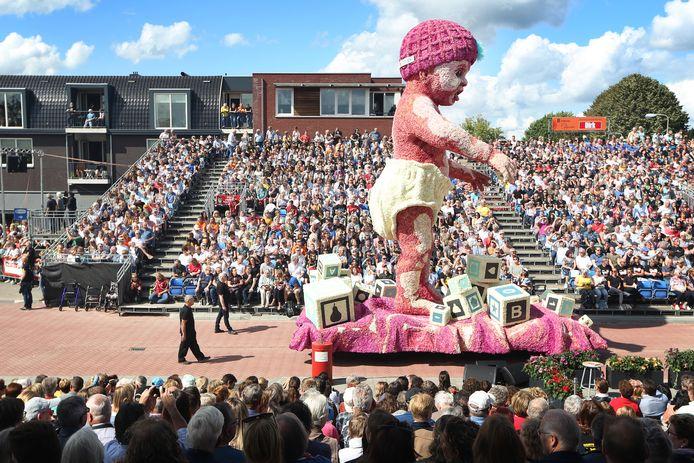 20190901 - Zundert - Bloemencorso 2019. Buurtschap Help Elkander, met wagen 'Babysteps'. FOTO: PIX4PROFS/RAMON MANGOLD