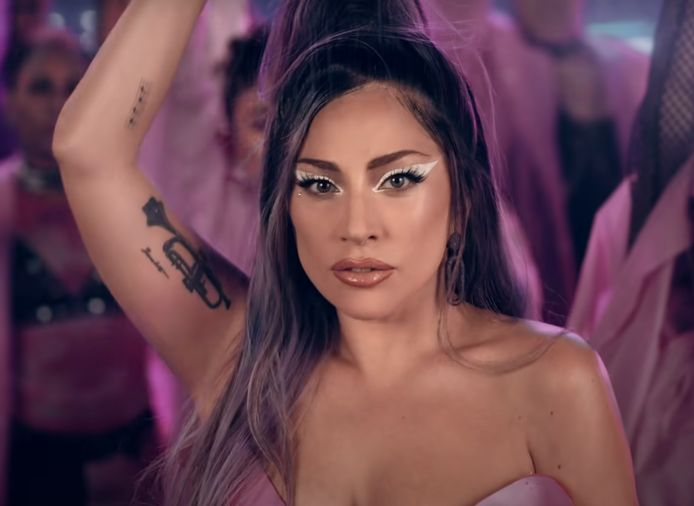 Lady Gaga in de clip voor Rain on me.