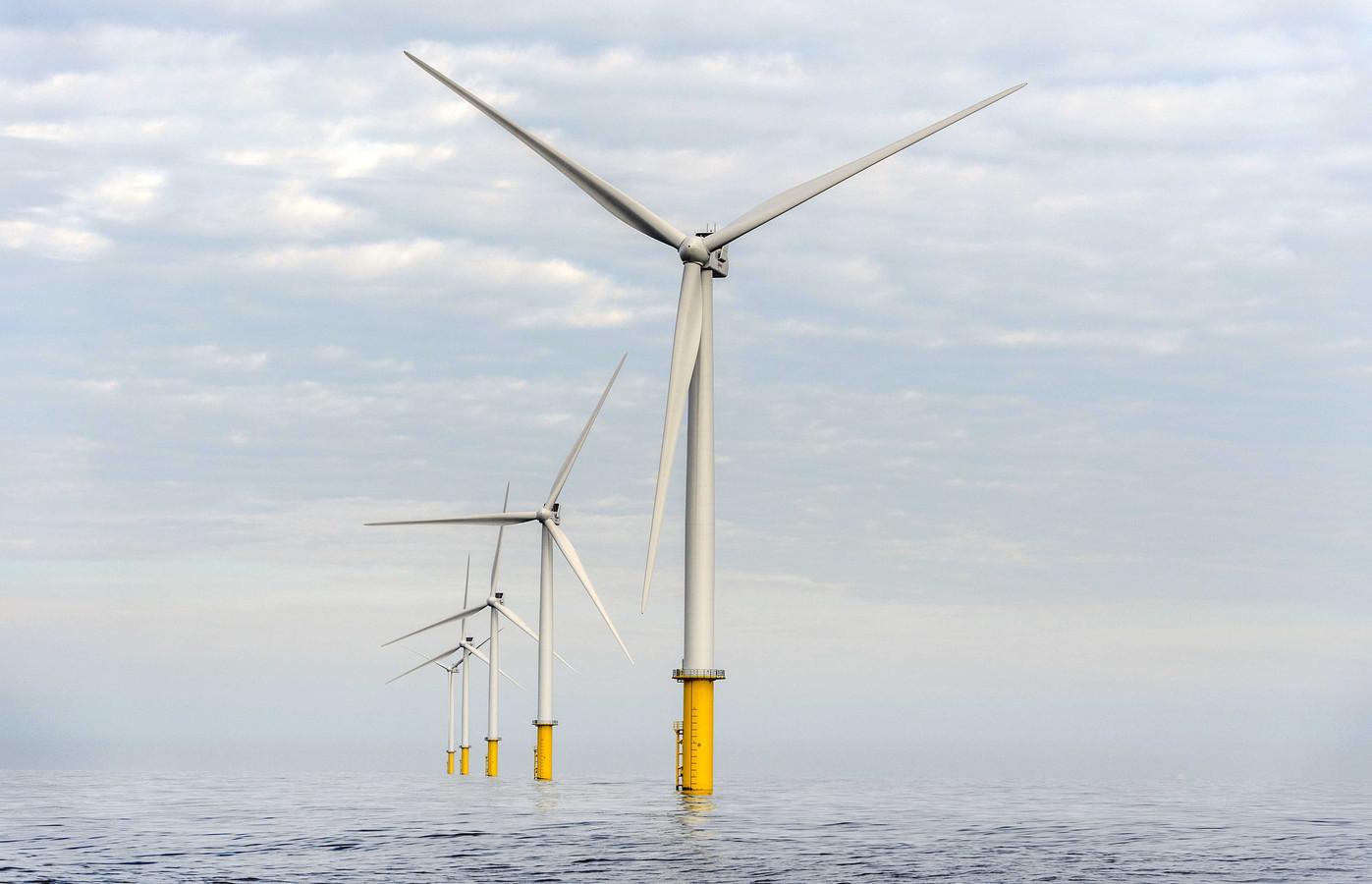 Eneco staat bekend om zijn duurzame koers. Hier windpark Luchterduinen dat Eneco samen met het Japanse Mitsubishi exploiteert. Het offshore park ligt op 23 kilometer voor de kust van Zandvoort en telt 43 windmolens. Ze leveren 129 megawatt vermogen waarmee 150.000 huishoudens van stroom worden voorzien.