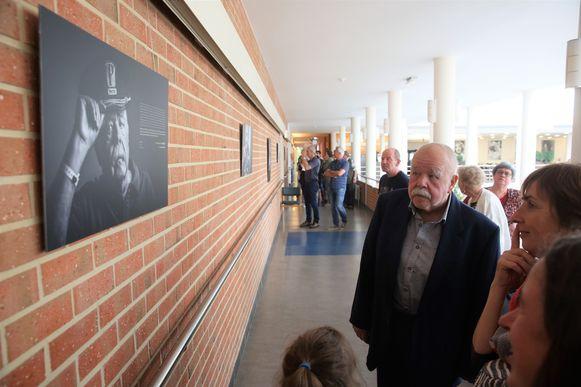 Anton Cogen bewondert samen met de bezoekers van Inkendaal zijn portret dat ophangt in de gang.